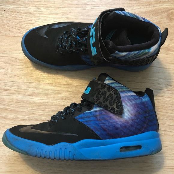 5cf52df45bad4 Nike Air Akronite Lebron James Youth Shoes. M 5c4cca07baebf6ef4b7349c2